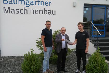 Markus (rechts) und sein frischer Facharbeiterbrief