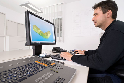 CAD/CAM Programmierplatz: Programmieren eines komplexen Alubauteiles