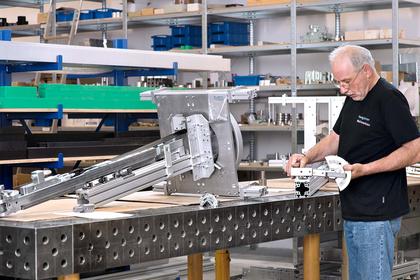 Montagehalle bei Baumgärtner Maschinenbau: Montage von Teleskopen für die Automobilindustrie