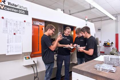 Auszubildende und Vorarbeiter bei Baumgärtner Maschinenbau