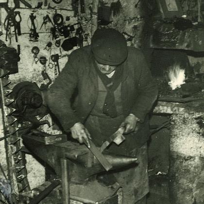 Heinrich Baumgärtner in seiner Schmiede in Aufhausen